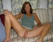 Amateur mom spreads legs at home